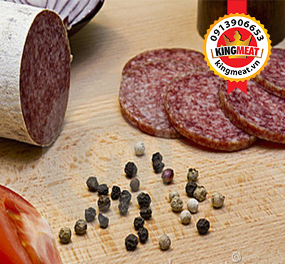 xuc-xich-kho-hungary-cat-lat-hungarian-salami-sliced-02